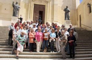 Die Hofer Reisegruppe vor der Wallfahrtskirche Ta'Pinu auf Gozo. Die Statue rechts stellt Papst Benedikt XVI. dar, die zur Erinnerung an seinen Besuch im Jahr 2010 aufgestellt wurde. Eine Besonderheit auf Gozo: Die ausschließlich katholischen Einwohner beten geprägt von arabischen Einflüssen nicht zu Gott, sondern zu Allah.