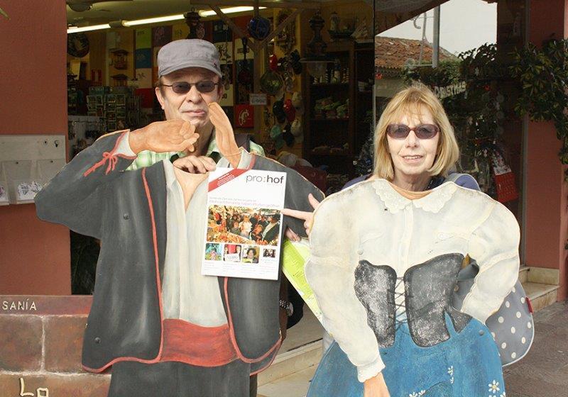Hans und Renate Kohlert waren in San Sebastian auf der frühlingshaften Kanareninsel La Gomera. Sie hatten natürlich das Prohof-Magazin dabei, als sie sich in der Kanarentracht fotografieren ließen.